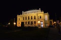 Edificio famoso en la ciudad de Praga en la noche foto de archivo libre de regalías
