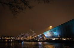 Edificio formado barco en el puerto de Amsterdam Foto de archivo
