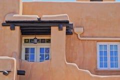 Edificio, frente y ventanas del adobe de Santa Fe imagen de archivo