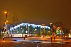 edificio futurista con las luces de la navidad asombrosas fotografa de archivo - Navidades Asombrosas