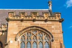 Edificio gótico de la piedra arenisca con las ventanas y las decoraciones del arco Fotografía de archivo