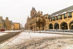 Edificio gótico neo del consistorio de Northampton en el día nublado Nevado del invierno foto de archivo