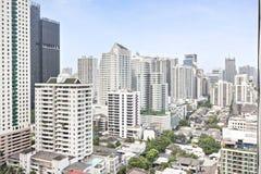 Edificio genérico y cielo azul adentro en el centro de la ciudad Foto de archivo
