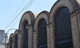 Edificio grande viejo en la ciudad Imagen de archivo libre de regalías