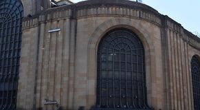 Edificio grande viejo en la ciudad Fotos de archivo libres de regalías