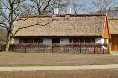 Edificio, granero, museo al aire libre en el pueblo Imagen de archivo