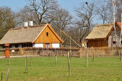 Edificio, granero, museo al aire libre en el pueblo Imagen de archivo libre de regalías