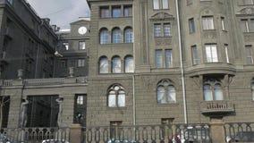 Edificio gris en el canal de Kryukov St Petersburg, Rusia metrajes