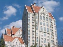 Edificio gris moderno con la alta azotea anaranjada foto de archivo