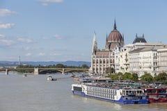 Edificio húngaro del parlamento en Budapest por el río Danubio desde arriba Barcos y barcos de cruceros de canal con el turista H Fotografía de archivo libre de regalías