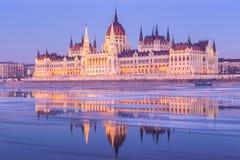 Edificio húngaro del parlamento en el invierno Foto de archivo