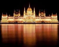 Edificio húngaro del parlamento en la noche fotos de archivo