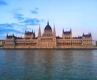 Edificio húngaro en la puesta del sol, Budapest del parlamento foto de archivo