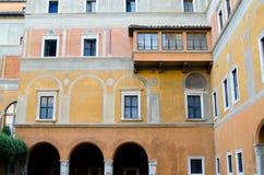 Edificio hermoso con un balcón Fotos de archivo libres de regalías