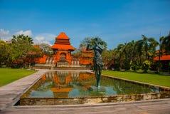 Edificio hermoso del Balinese con una fuente y un escultura-hombre que tocan la flauta Tanjung Benoa DUA de Nusa, Bali Fotografía de archivo libre de regalías