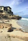 Edificio hermoso en la playa con su historia, rodeada por las palmeras Costa atlántica de Cuba Imagenes de archivo