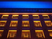 Edificio hermoso iluminado en amarillo, rojo y azul Fotos de archivo libres de regalías