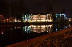 Edificio hermoso iluminado por las luces reflejadas en el r?o foto de archivo libre de regalías