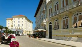 Edificio histórico amarillo en Croacia foto de archivo libre de regalías