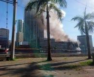 Edificio histórico bajo fuego imagen de archivo libre de regalías