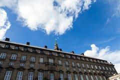 Edificio histórico con el cielo brillante azul en Copenhague Foto de archivo