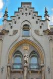 Edificio histórico con una estatua de un caballero Fotos de archivo