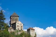 Edificio histórico contra el cielo azul, en Klausen Chiusa Italia foto de archivo