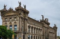 Edificio histórico de aduanas con las estatuas en Barcelona, España Fotos de archivo