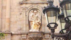 Edificio histórico de la fachada con las esculturas de piedra en la lámpara de calle del fondo almacen de metraje de vídeo