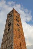 Edificio histórico de Pomposa del campanario antiguo de la abadía en el Po v Fotos de archivo