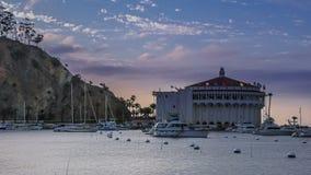Edificio histórico del casino en Avalon, lapso de tiempo de la noche de Santa Catalina Island almacen de metraje de vídeo