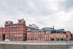 Edificio histórico del ` rojo de octubre del ` de la fábrica de la confitería en el terraplén del río de Moskva Foto de archivo libre de regalías