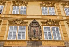 Edificio histórico en poca plaza, Praga fotos de archivo