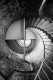 Edificio histórico Inte de la arquitectura del ladrillo del metal de la escalera espiral Imágenes de archivo libres de regalías