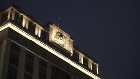 Edificio histórico, simbolismo de la URSS, sobre ella, la bandera de Rusia moderna almacen de metraje de vídeo