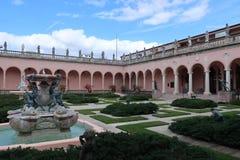 Edificio histórico y fuente del museo de Ringling foto de archivo libre de regalías