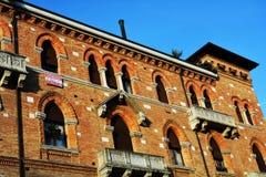 Edificio histórico y ventanas decorativas en la plaza S Vito, en Treviso, Italia Fotografía de archivo libre de regalías