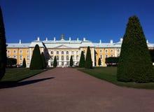 Edificio hist?rico en Petegroff, Rusia Palacio Verano Visi?n hermosa fotos de archivo