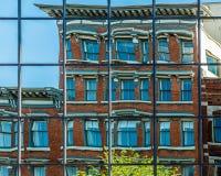 Edificio histórico del espejo de la reflexión moderna de Windows Fotografía de archivo