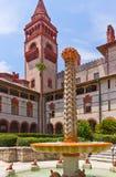 Edificio histórico español con la fuente Imagen de archivo libre de regalías