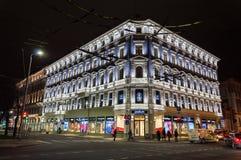 Edificio iluminado en la ciudad vieja de Riga Letonia fotos de archivo libres de regalías