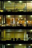 Edificio iluminado en la noche imagenes de archivo