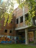 Edificio inacabado en el parque fotos de archivo libres de regalías