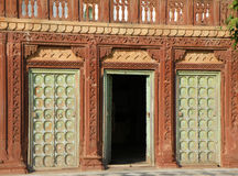Edificio indio y entrada del estilo tradicional en el vintage Brown y el color verde imagen de archivo