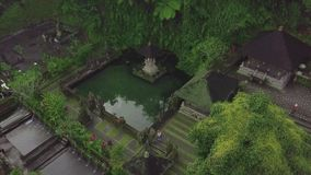 Edificio indonesio de la arquitectura y templo hindú con la charca de agua en la isla tropical de Bali Territorio de la visión aé almacen de metraje de vídeo