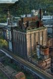 Edificio industrial abandonado a la izquierda que se descompone Fotos de archivo
