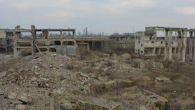 Edificio industrial arruinado abandonado de la fábrica, almacen de video