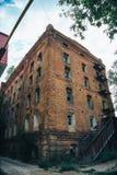 Edificio industrial arruinado abandonado del ladrillo rojo en el Samara, Rusia, exterior quemado roto de la fábrica Fotografía de archivo libre de regalías