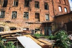 Edificio industrial arruinado abandonado del ladrillo rojo en el Samara, Rusia, exterior quemado roto de la fábrica Imagen de archivo