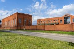 Edificio industrial con el edificio de oficinas Sitio de la producción hecho de ladrillo Cerca del ladrillo rojo Pequeña fábrica imágenes de archivo libres de regalías